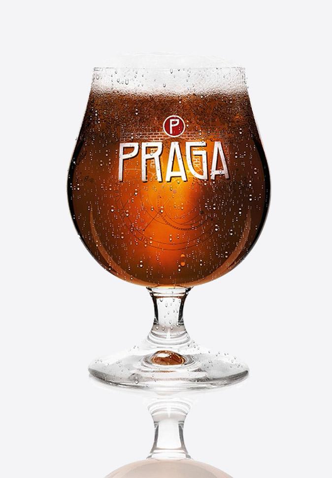 Бокал с темным пивом Прага